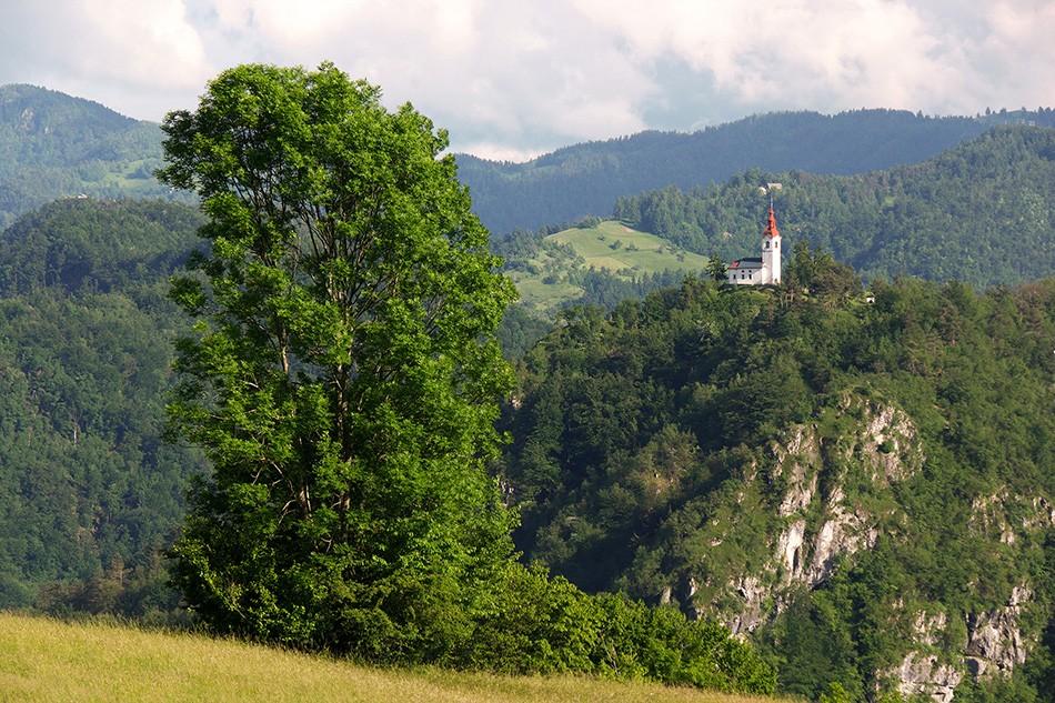 Cerkev sv. Ivana v Šebreljah kot je videti iz Polic.