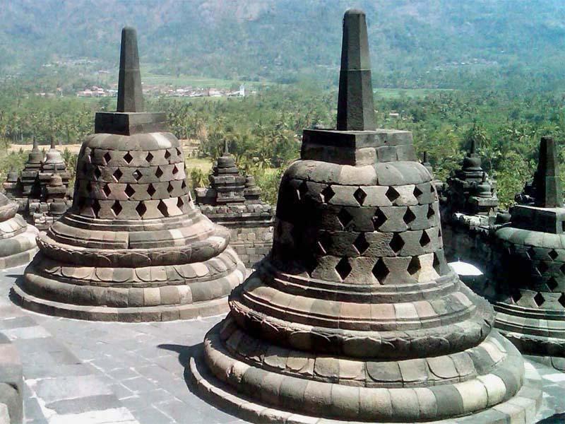 Kamniti teži iz Borobudurja (Java) v obliki zvončice.